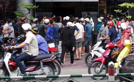 Đám đông tập trung giật đồ cúng cô hồn trước một khách sạn trên đường Lý Thường Kiệt