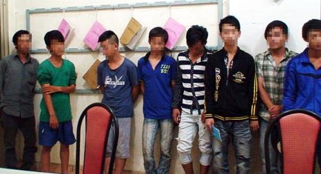 Một thanh thiếu niên bị công an bắt giữ khi gây rối trật tư tại các điểm cúng cô hồn