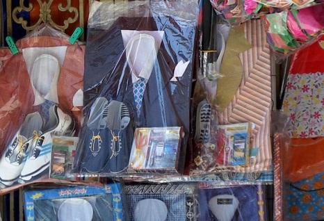 Quần áo, giày dép vàng mã được gắn thêm mác hàng hiệu giá sẽ cao gấp 1,5 lần hàng thường