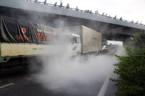 Chiếc xe tải bốc cháy khi CSGT đang xử lý vụ tai nạn