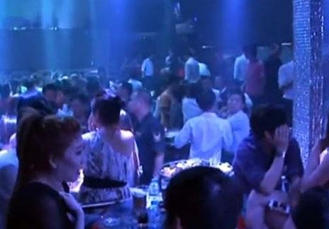 Thời điểm kiểm tra, quán bar vẫn đông nghẹt người