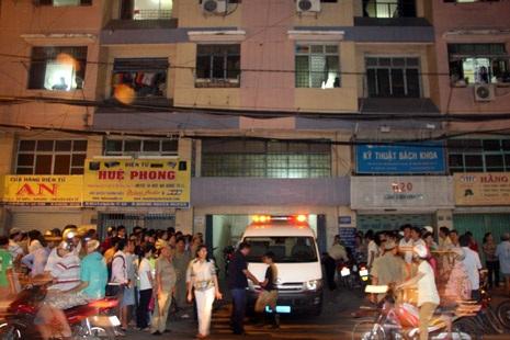 Xe cứu thương chuyển thi thể thiếu nữ ra khỏi hiện trường