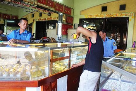 Chủ tiệm vàng đang thuê người sửa lại tủ kính