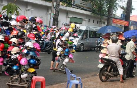 Khi thấy Đoàn kiểm tra xuất hiện, nhiều người bán MBH rởm vội vã bỏ chạy