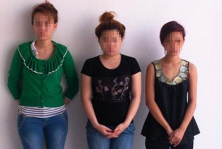 """Nhóm """"nữ quái"""" bị bắt giữ tại cơ quan công an quận Phú Nhuận"""