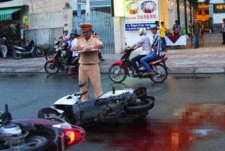 Hiện trường vụ tai nạn khiến anh H. bị kính chiếu hậu đâm trúng cổ dẫn đến tử vong