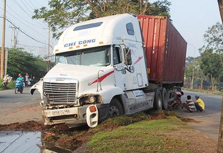 Nhiều người đã may mắn thoát nạn khi xe đầu kéo lao vào xe du lịch