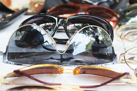 Mắt kính, đồng hồ được trưng bày trong phiên chợ ve chai