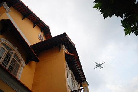 Cứ 4 - 5 phút có một máy bay ngang qua khu dân cư