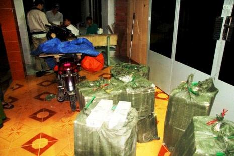Thuốc lá lậu tập kết tại một căn cứ tại khu vực biên giới Tây Nam