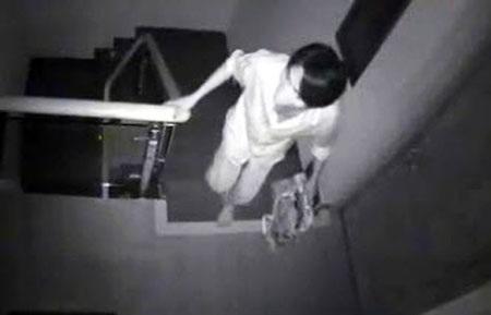 """Hình ảnh một tên trộm """"đột vòm"""" vào nhà dân giữa đêm bị camera an ninh ghi lại"""