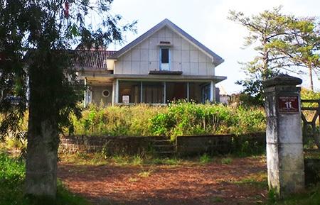Một biệt thự nằm ở vị trí đắc địa nhưng đã bị bỏ hoang từ nhiều năm nay