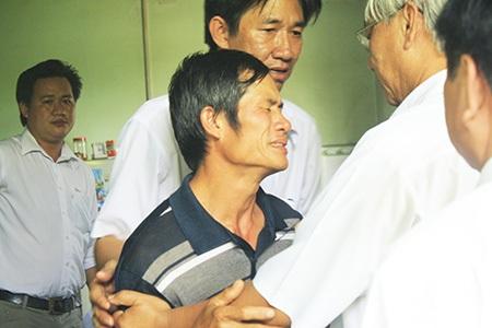 Bố của Lâm đau đớn đón con về