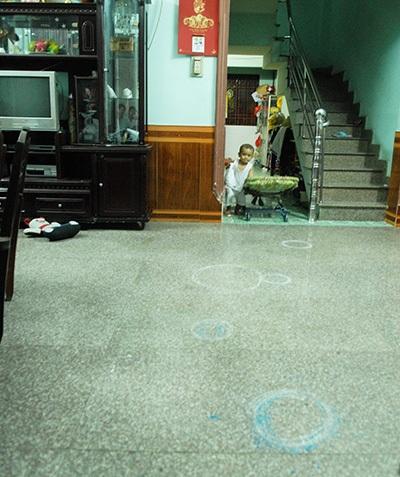 Một số vị trí khi gã thanh niên xông vào nhà bà Ba, khống chế bé M. được đánh dấu lại