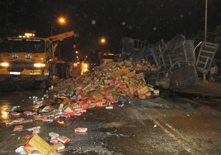 Hiện trường vụ xe tải chở sữa tươi bị lật