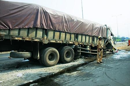 """Nhiều khối bên tông dải phân cách bi chiếc xe tải """"nuốt gọn"""", cày nát"""