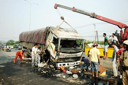 Hiện trường vụ xe tải nổ bánh lao vào giải phân cách