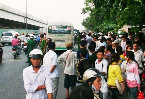 Rất đông người dân vây quanh hiện trường vụ tai nạn kinh hoàng