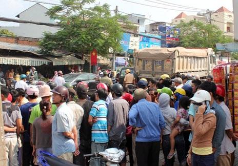 Người dân hiếu kì vây quanh nơi xảy ra vụ tai nạn thương tâm