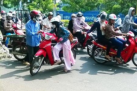Nữ sinh đẩy xe máy đi sửa sau khi bị tên cướp tấn công