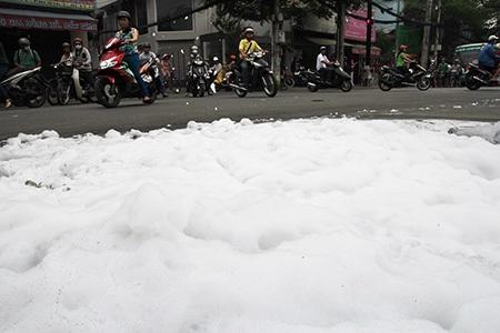 Bọt trắng xuất hiện rải kín mặt đường