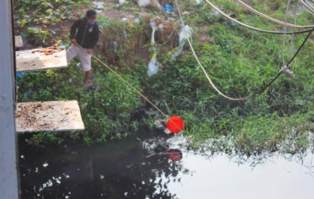 Đội ngũ săn phương tiện của ông Táo dưới sông
