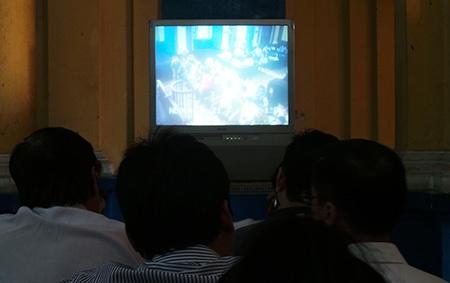 Mọi người theo dõi phiên toà qua hai tivi bên ngoài