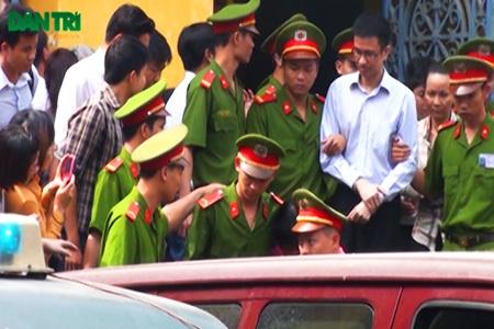 11h30' các bị cáo được đưa ra xe đặc chủng rời khỏi TAND TPHCM