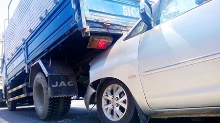 Xe du lịch cắm đầu vào và nâng hẳn phần đuôi xe tải lên