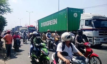 Các phương tiện lưu thông khó khăn qua khu vực xảy ra vụ tai nạn