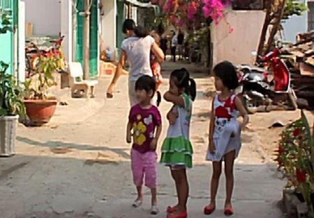 Trẻ nhỏ nơi đây đang phải hít khí độc mỗi ngày