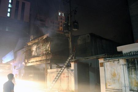 Kho hàng của siêu thị Hà Nội bốc cháy giữa đêm