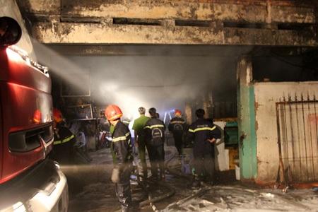 Lực lượng cứu hỏa tiếp cận hiện trường, dập tắt đám cháy