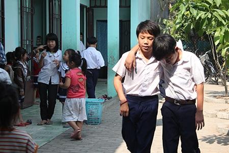 Gần 300 học sinh tại lớp học tình thương nằm sát cơ sở tái chế hạt nhựa cũng lãnh đủ khí độc