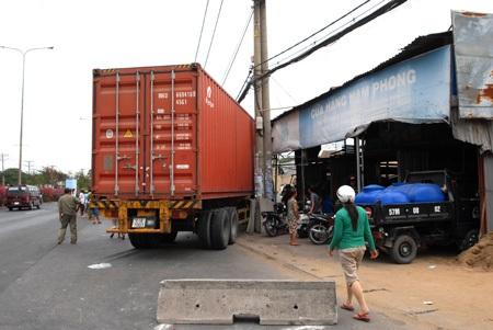 3 căn nhà bên quốc lộ 1A đã bị chiếc xe container san phẳng