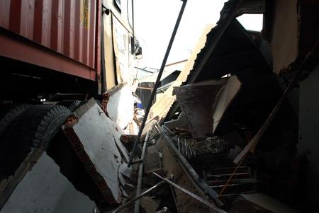 9 người trong 3 căn nhà bị container tông sập may mắn thoát nạn