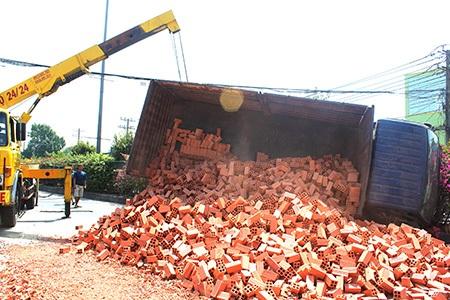 Xe tải chở gạch lật trên quốc lộ 1A