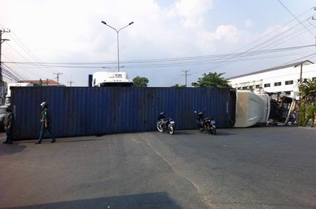 Xe container bị lật nằm chắn hết đường
