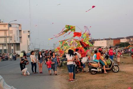 Hàng trăm người dân tập trung thả diều gần đường dây điện cao áp và nơi đông người chạy xe qua lại