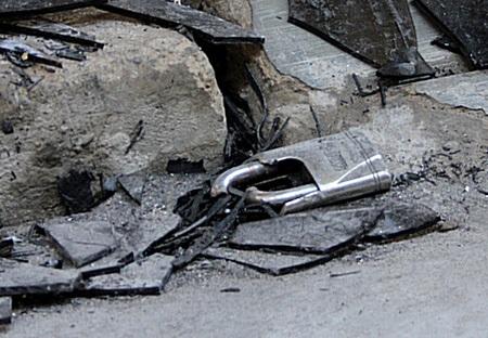 Chiếc khoá bị đập bể để phục vụ công tác dập lửa