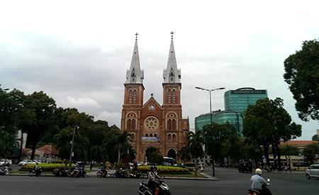 Nhà thờ Đức Bà ngay giữa trung tâm thành phố