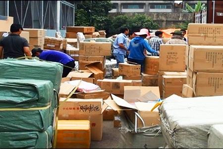 Số hàng lậu trong 10 container đang được lực lượng chức năng kiểm tra kỹ lưỡng
