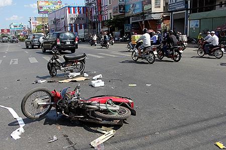 """Hiện trường vụ """"nài"""" chở thuốc lá lậu gây tai nạn trên phố"""