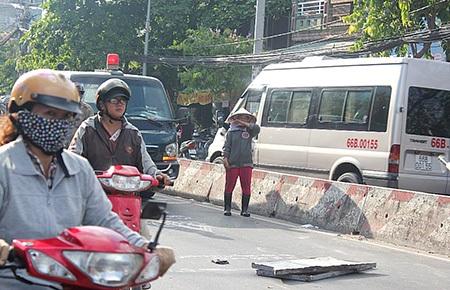 Bà Hương nghe tin chồng gặp nạn vội vã đến hiện trường