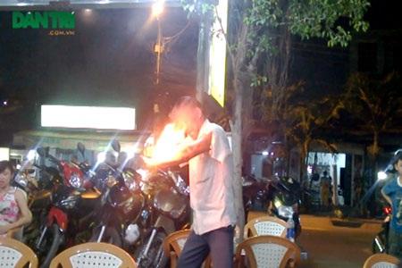 Ông Hùng biểu diễn xiếc dạo tại một quán ăn trên địa bàn quận 12