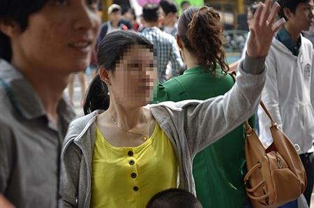 Một nữ du khách vẫn chủ quan khi đeo dây chuyền vàng quá hớ hênh