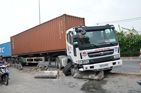 Hiện trường vụ xe container đâm dải phân cách sáng 21/7