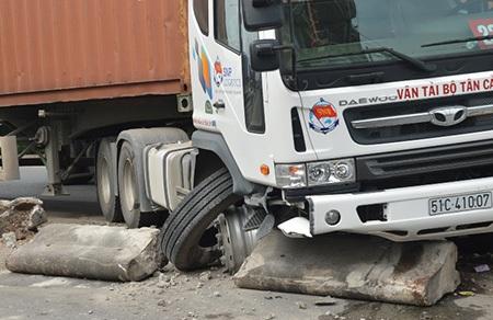 Đầu xe container hư hỏng nặng