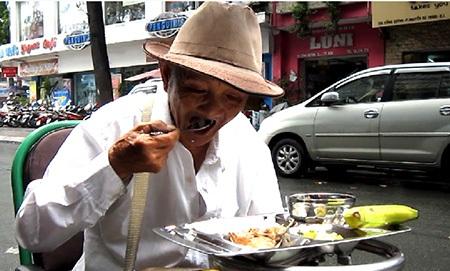 Bữa cơm làm ấm lòng, giảm nhẹ gánh nặng mưu sinh cho nhiều người nghèo