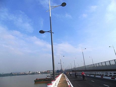 Cột đèn chiếu sáng được thiết kế, làm mới giống như cột đèn cầu Hóa An mới